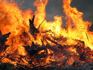 800px-Midsummer_bonfire_closeup